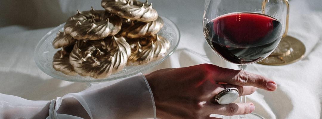 Main tenant un verre de vin